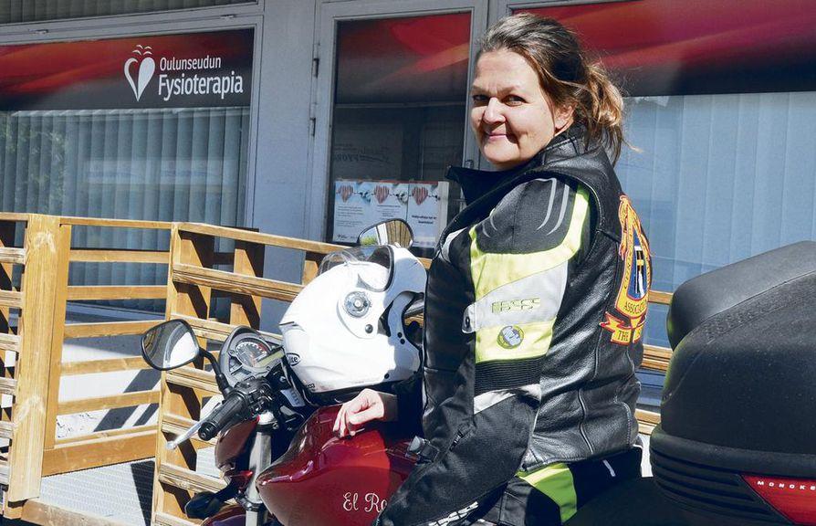 Fysioterapia-alan yrittäjänä toimiva Sirpa Erho vetää etenkin viikonloppuisin ylleen nahkarotsin, ja lähtee lenkille moottoripyörällään.