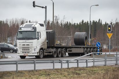 71 tonnia painava ja 22 metriä pitkä mammuttirekka lähti liikenteeseen Raahesta – katso videolta normaalin rekan ja jättirekan kokoero