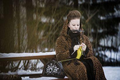 Kun neulominen sujuu,  samalla voi soittaa huuliharppua – Tanja Pantsarin käsistä on syntynyt oopperan lottokuponkipuku ja hurmaavia vintagepäähineitä