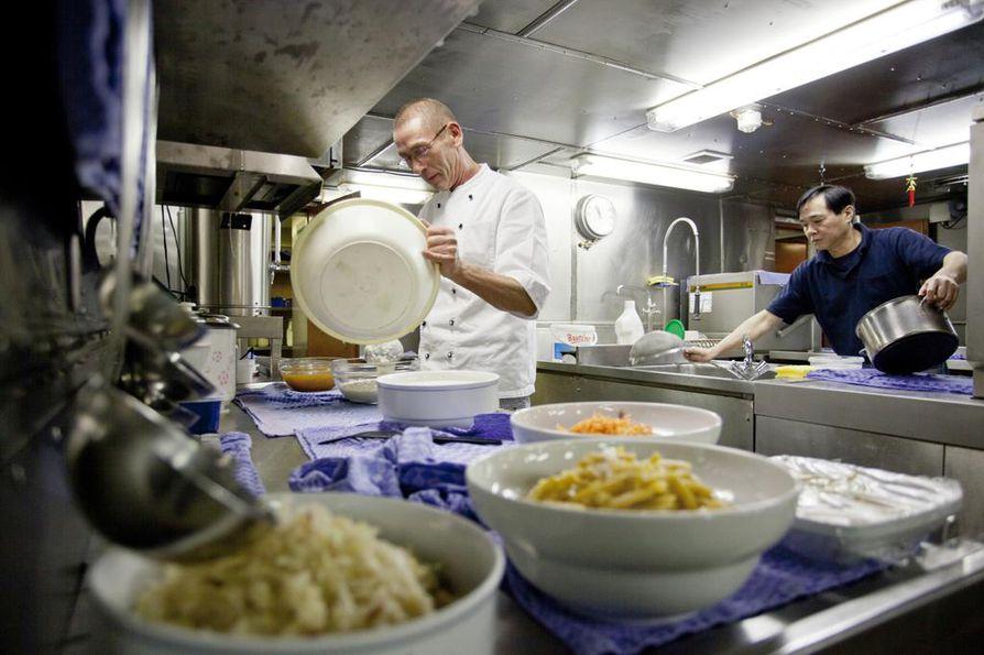 Operointikuukausien aikana Polarnsternin ruokalassa leivotaan arviolta 3150 sämpylää, kulutetaan 3200 kananmunaa, 360 litraa maitoa ja 180 litraa erilaisia hedelmämehuja.