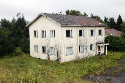 Kemin Vallitussaaren huonokuntoiset rakennukset puretaan – Jätteenkäsittelylaitokselle lähtevät talot eivät ole enää asumiskunnossa