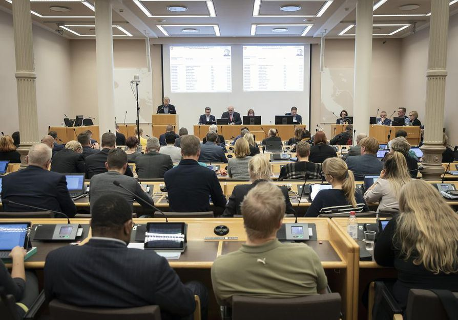 Oulun kaupunginvaltuuston kokouksessa puitiin maanantaina perusteellisesti ensi vuoden budjettia, josta lopullinen päätös tehdään viikon päästä.