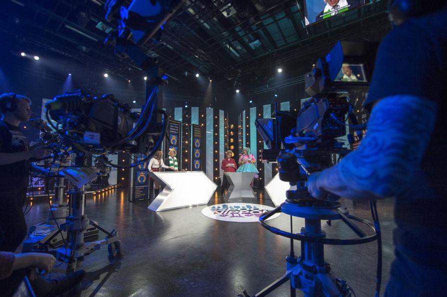 Kamerat ovat kääntyneet kohti Pilvi Hämäläistä, Ernest Lawsonia, Roope Salmista ja Mikko Penttilää. Studion toisessa päässä saatetaan jo valmistautua seuraavaan kohtaukseen.