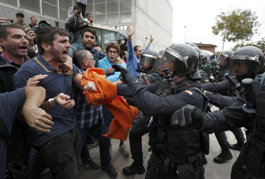 Espanjan poliisi on yrittänyt estää itsenäisyysäänestyksen Kataloniassa.