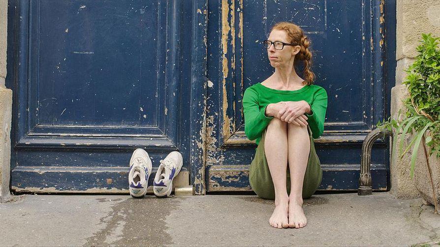 Fiona (Fiona Gordon) matkustaa Pariisiin etsimään tätiään Paljain jaloin Pariisissa -komediassa.