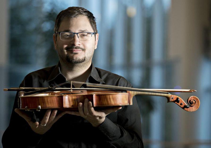 Italialainen Emiliano Tarasino soittaa alttoviuluaan myös kansainvälisissä projekteissa, mutta hän viihtyy Oulu Sinfoniassa sen myönteisen työilmapiirin vuoksi.