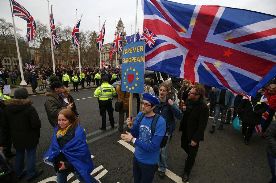 Brexitin kannattajien ja vastustajien välinen kuilu on yhä syvä, vaikka ero tulee todeksi ensi yönä.