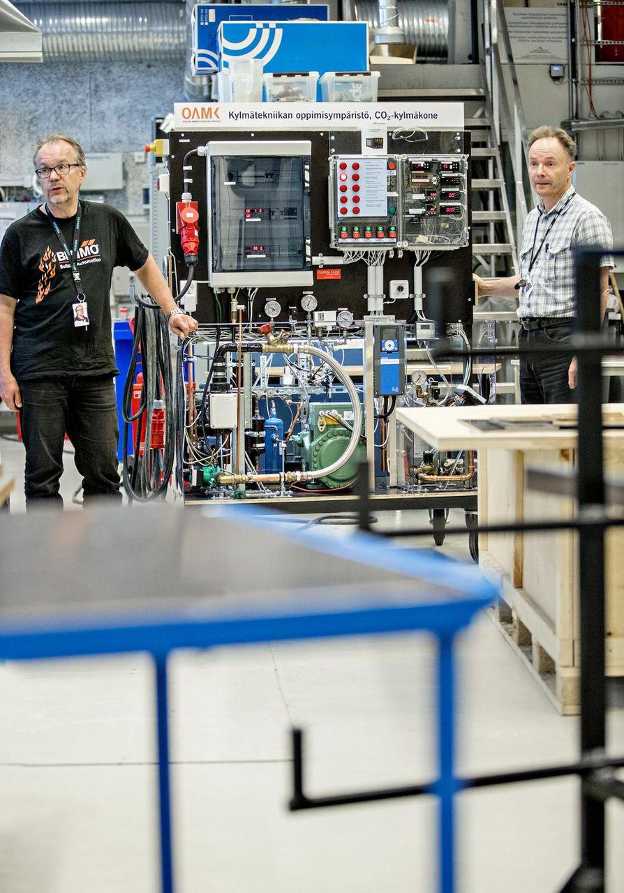 Energia- ja talotekniikan lehtori Mikko Niskala ja projektisuunnittelija ovat Mikko Mielityinen opetuskäyttöön rakennetun, hiilidioksidilla toimivan kylmäkoneen äärellä.