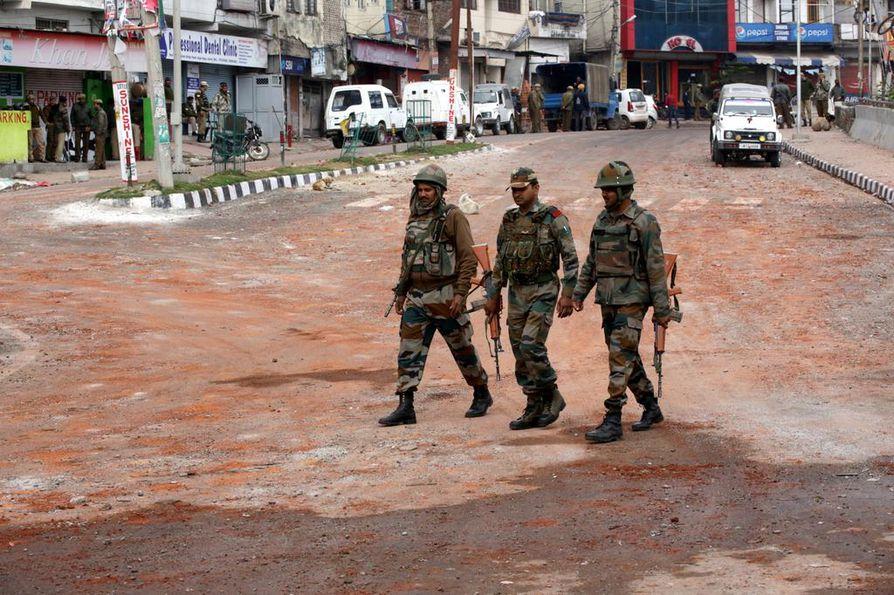 Intian armeijan sotilaita partioi Jammun kaupungissa Kashmirissa sunnuntaina. Alueella oli sunnuntaina voimassa ulkonaliikkumiskielto kolmatta päivää.