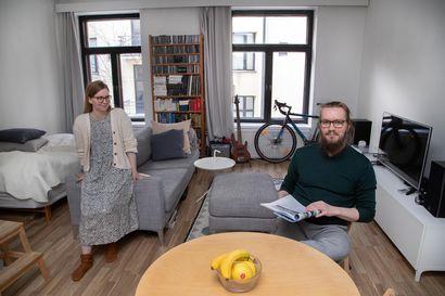 Oulusta muuttaneen pariskunnan elämä sujuu 35 neliön yksiössä, kun kirjojen takana on jemmoja ja pianoa voi soittaa kirjastossa – Sisustusarkkitehti kertoo viisi vinkkiä pieneen kotiin