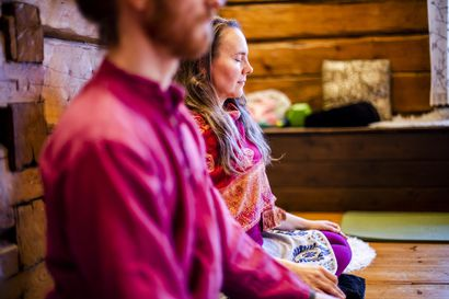 """Kun ensikertalainen meditoi, mielessä pyörivät jauhelihakastike ja lapsen jumppa: """"Ajatus naurattaa, mutten ole varma, saako meditoidessa nauraa"""""""
