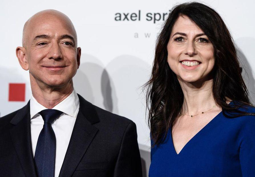 Jeff Bezos kuvattuna vaimonsa MacKenzie Bezosin kanssa Berliinissä huhtikuussa 2018.