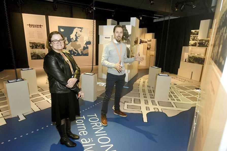Transit - rajapostia -näyttely rakentuu Postimuseossa Tornion ja Haaparannan kartan päälle. Näyttelyssä liikutaan fyysisesti Tornionjoen molemmilla puolilla, kertovat projektipäällikkö Suvi Jalli ja tietoasiantuntija Mikko Nykänen Postimuseosta.