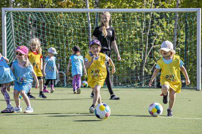 ONS, HauPa ja Ajax Sarkkiranta ovat mukana Uefan Playmakers-hankkeessa, 5–8-vuotiaita tyttöjä houkutellaan jalkapallon pariin Disneyn Frozen-elokuvan avulla