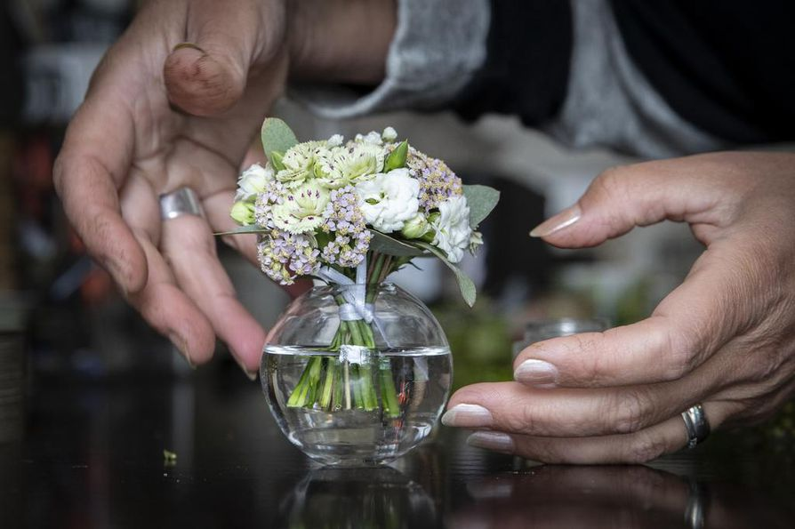 Tässä kimpussa on aivan pienimpiä harsokukan kukintoja, pieniä eukalyptuksen lehtiä, siankärsämöä, tulilatvan kukkia ja pientä leikkoneilikkaa.
