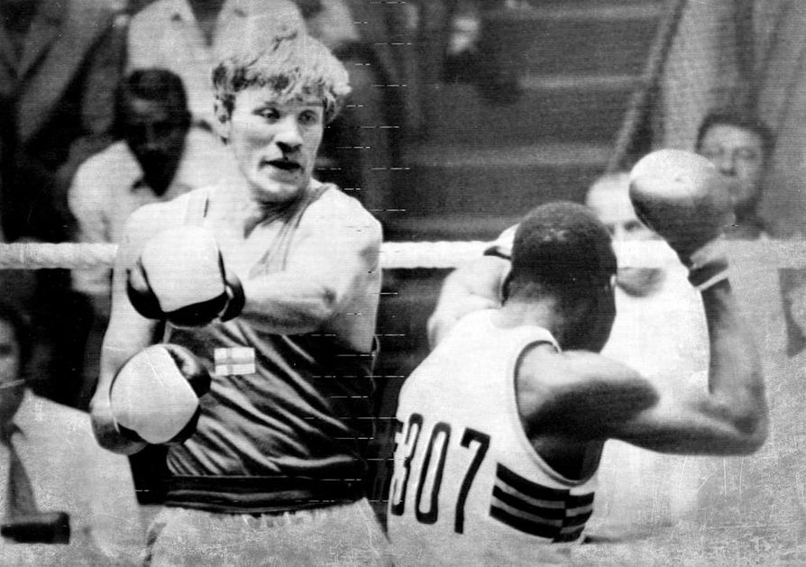 Arkistokuva. Münchenin olympiakehässä – tässä Titus Simbaa vastaan – Reima Virtanen oli vielä kuskin paikalla, mutta kisojen jälkeen viejästä tuli vietävä. Kuningas alkoholi kuljetti Kemin Innon miestä kohuotsikosta toiseen.