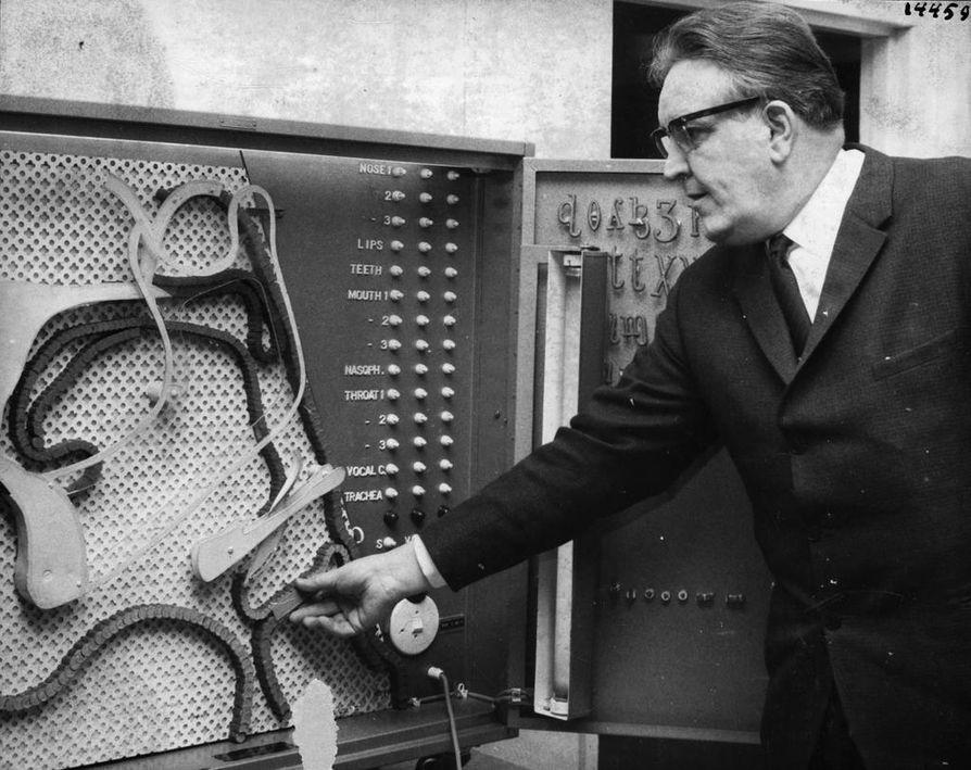 Professori Antti Sovijärvi esitteli kehittämäänsä Adam-demonstraatiolaitetta Oulun yliopiston tiloissa joulukuun alussa 1966. Laite havainnollisti puhe-elinten liikkeitä eri äänteissä.