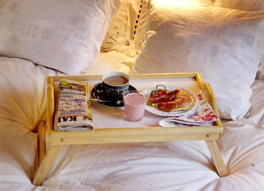 Aamiainen vuoteeseen tuntuu ylelliseltä.