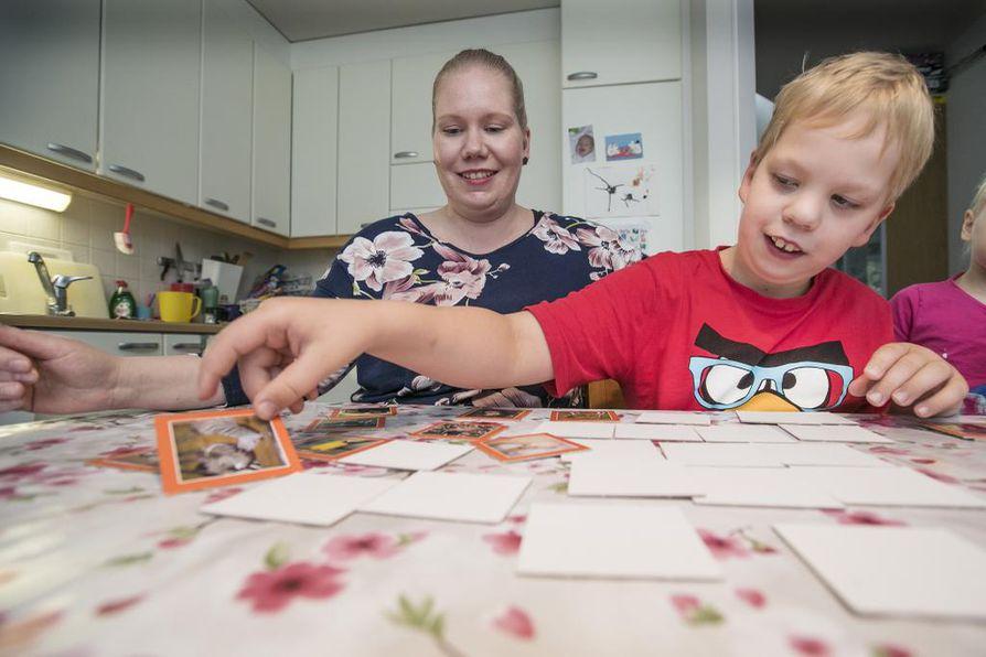 Sanna Martikainen ja hänen poikansa Arttu pelaamassa kotona.