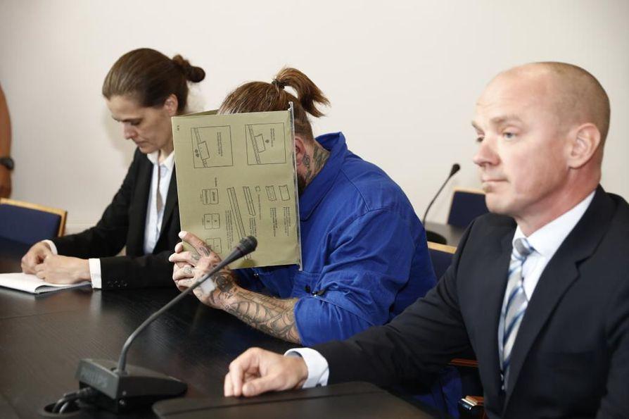 Vuonna 1989 syntynyt isoveli vangittiin pikkuveljen jälkeen Porvoossa tapahtuneesta poliisiammuskelusta.