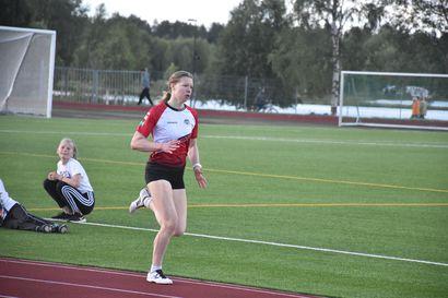 54 vuotta sai Kirsti Karvonen odottaa ennätyksensä rikkojaa – Marianne Myllylä laittoi viimein Kuusamon Erä-Veikkojen 800 metrin seuraennätyksen uusiksi