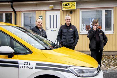 """Tyrnävällä on enää kaksi taksiyrittäjää – lakimuutokset ja kilpailutukset eivät ole tehneet yrittäjyydestä helppoa, mutta: """"Me ei anneta periksi, vaan kyllä tässä taistellaan"""""""