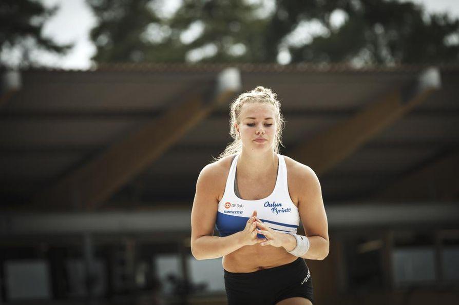 Nykyään Helsingissä asuva oululainen seiväshyppääjä Elina Lampela kuuluu SUL:n nuorten EM-ryhmään.