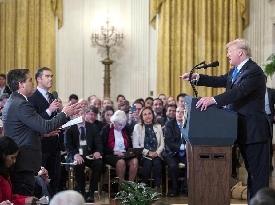 Donald Trump ja CNN:n toimittaja Jim Acosta (vas.) ottivat yhteen keskiviikon lehdistötilaisuudessa. Myös NBC:n toimittaja Peter Alexander (toinen vas.) sai päälleen Trumpin ivan.