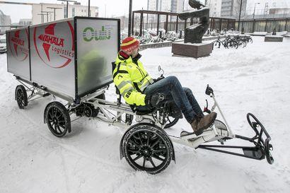 """Oulun tavarajakelu sai kesällä vahvistusta, kun kaupungissa alkoi kulkea uusi sähköavusteinen konttipyörä – """"Tavarajakelu on keskustassa tehokkaampaa pyörällä kuin pakettiautolla"""""""
