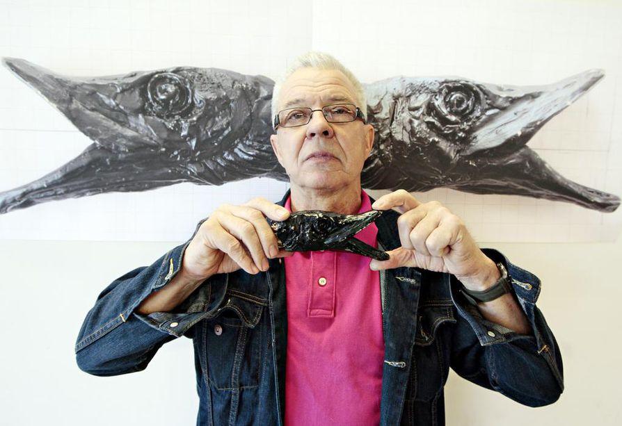 Pro Finlandia -mitalin saaneen oululaisen kuvataiteilija Reijo Hukkasen uusin työ, Laulupuut, sijaitsee keskeisellä paikalla Helsingin musiikkitalon aukiolla. Kaleva seurasi veistoksen valmistumista pitkässä artikkelisarjassa.