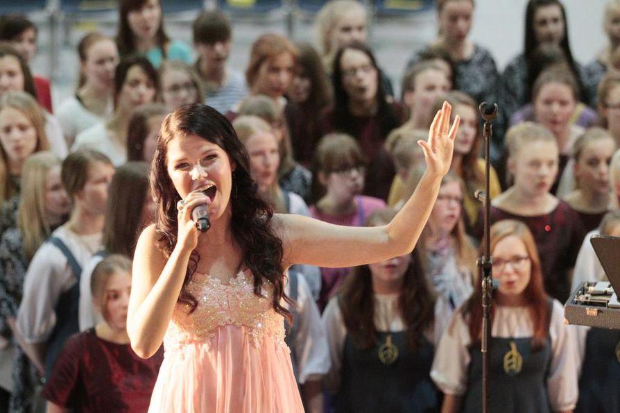 Saara Aalto nähtiin kotikonnuilla vuonna 2013, kun hän esiintyi Pohjois-Pohjanmaan ja Kainuun lasten ja nuorten laulujuhlassa Ouluhallissa.
