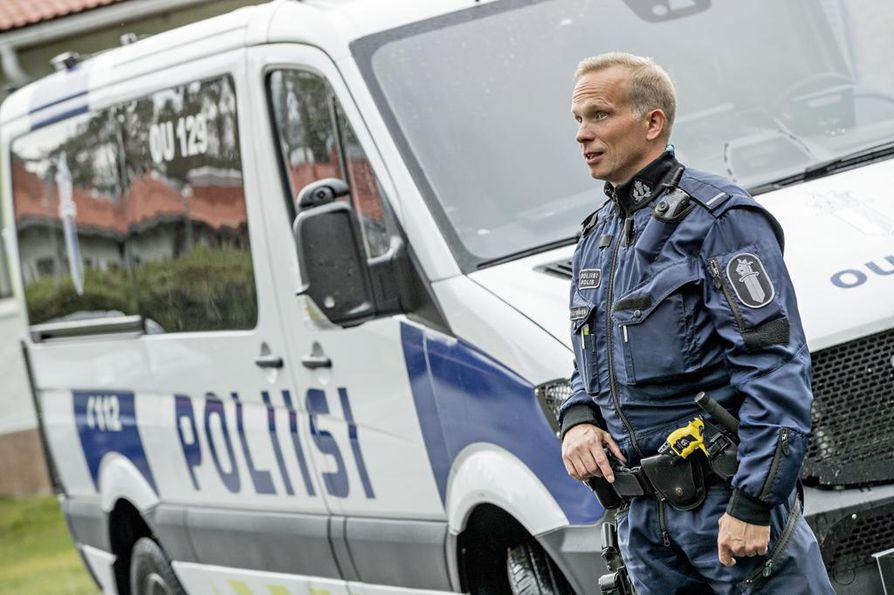 Oulun poliisilaitoksen työsuojeluvaltuutettu Tero Väyrynen on tyytyväinen pari vuotta sitten hankittuihin joukkojenhallinta-autoihin, sillä ne parantavat poliisin työturvallisuutta esimerkiksi mielenosoitustilanteissa.