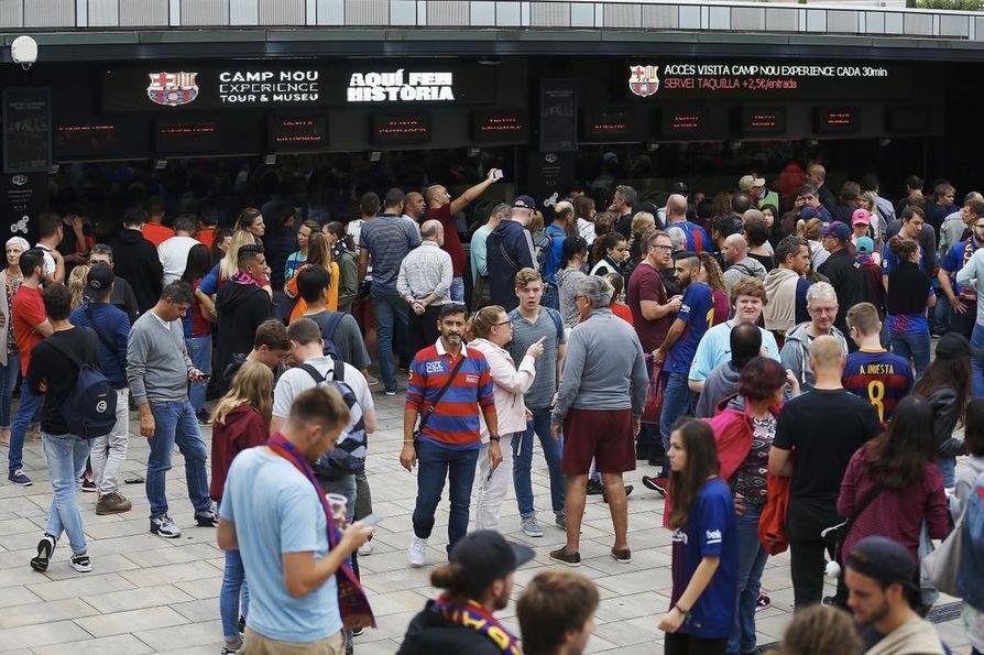 Jalkapallo-otteluun Camp Nou -stadionille saapuneita ei päästetty sisään.