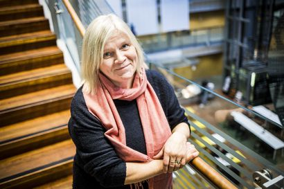 """Akateemista arkea: Paula Perttunen kohtaa työssään hienoja persoonia – """"Toivon, että opiskelijat löytävät mielekkäitä elämänpolkuja"""""""