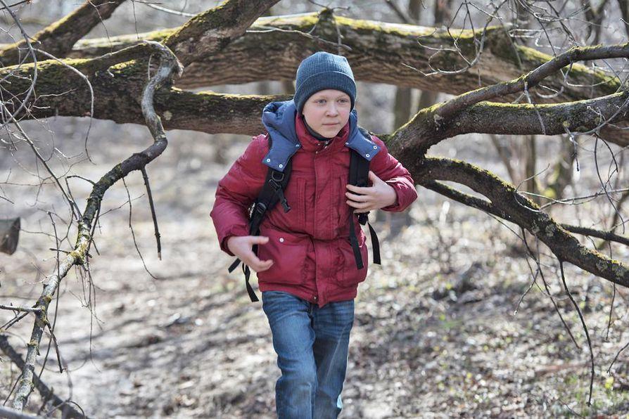 12-vuotias Aljosa (Matvey Novikov) lähtee pois kotoaan elokuvassa Rakkautta vailla.