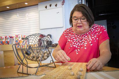 """Bingo! Limingan Vanhustenkotiyhdistyksen bingopäivässä hymy on herkässä – Tarja Panuma on vetänyt asukkaille viikoittaista kokoontumista jo kahdeksan vuoden ajan: """"Heistä on tullut minun äitejä ja isiä"""""""
