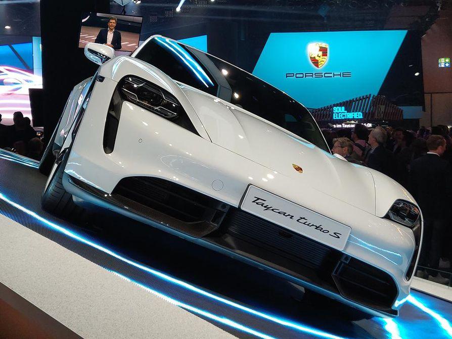 Uunituore Porsche Taycan osoittaa, miten täysveriset urheiluautotkin siirtyvät kohti sähköaikakautta. Autoja on varattu Suomeen jo toistasataa.