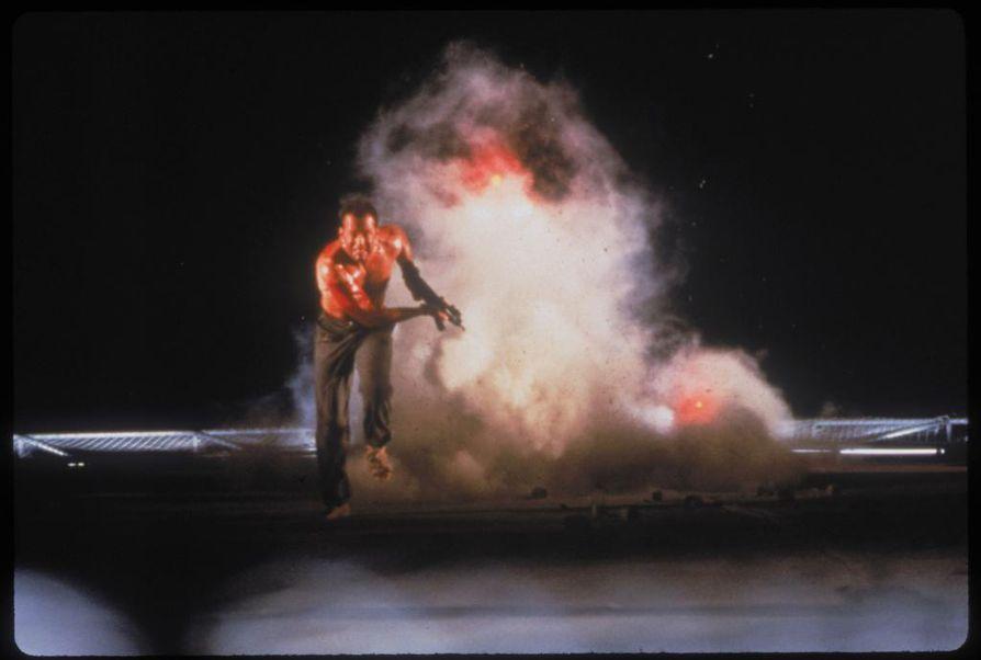 Bruce Willis on poliisi John McClanena ensimmäisen kerran Die Hard – vain kuolleen ruumiini yli -elokuvassa.