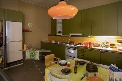 Vihreää, oranssia, ruskeaa–värien kanssa ei arasteltu 1970-luvulla: Pohjois-Pohjanmaan museossa voi tehdä aikamatkan menneen ajan sisustukseen