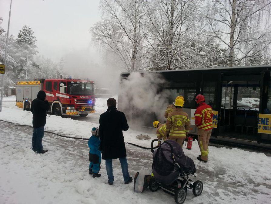 Linja-auton rengas savusi Myllyojalla.