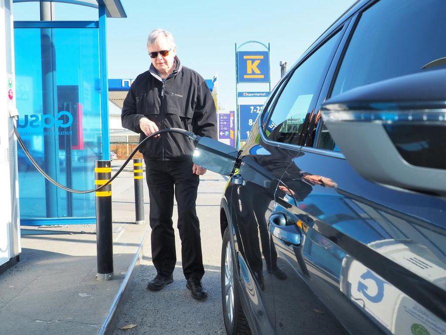 Yllättävän tukevan tuntuinen pieneksi kahden hengen autoksi, mutta mitenkähän lasten turvaistuin mahtuu taakse, Jukka Roinila arvioi Seat Aronaa. Gasumin asemilla puolet kaasuautojen tankkauksista tehdään jo nyt biokaasulla.