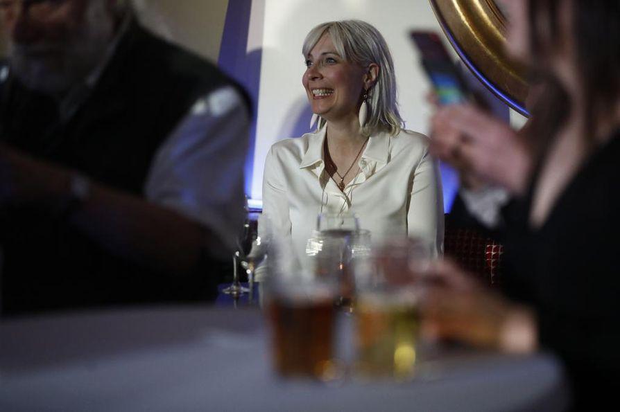 Laura Huhtasaari juhli vaalimenestystä puolueensa vaalivalvojaisissa.