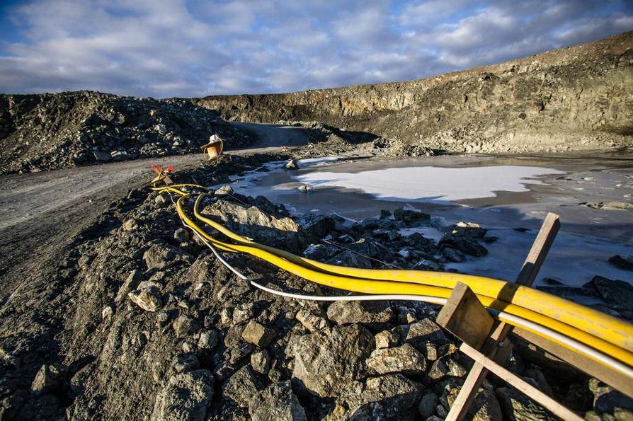 Pajalassa oleva Kaunisvaaran kaivos meni konkurssiin vuoden 2014 joulukuussa. 60 metriä syvä avolouhos on täyttynyt sulamisvesistä, joita on 1,5 miljoonaa kuutiota.