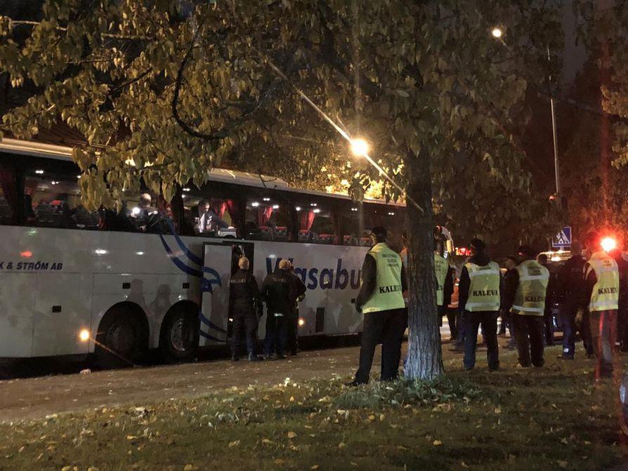 Virkavalta saatteli Sportin kannattajia Vaasaan matkaavaan bussiin.