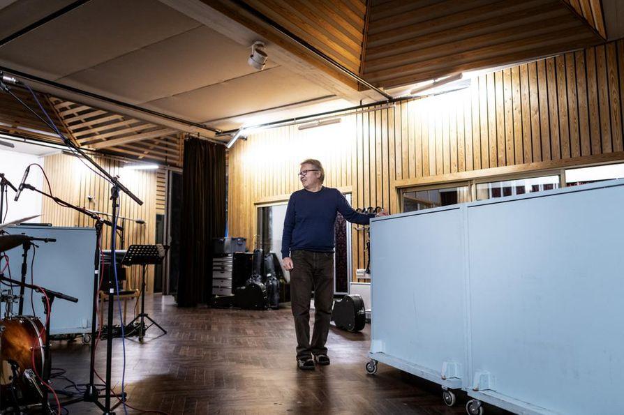 Finnvoxin johtaja Risto Hemmi esittelee vuonna 1967 valmistunutta B-studiota, joka on Finnvoxin nykyisistä 12 studiosta vanhin ja suurin. Sinne mahtuu vaikka big band soittamaan.
