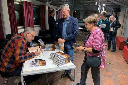 """TV-sarja Sillan käsikirjoittaja Hans Rosenfeldt rakensi dekkarimaailmansa Haaparannalle – """"Haluan tehdä kunniaa pienelle kaupungille"""""""