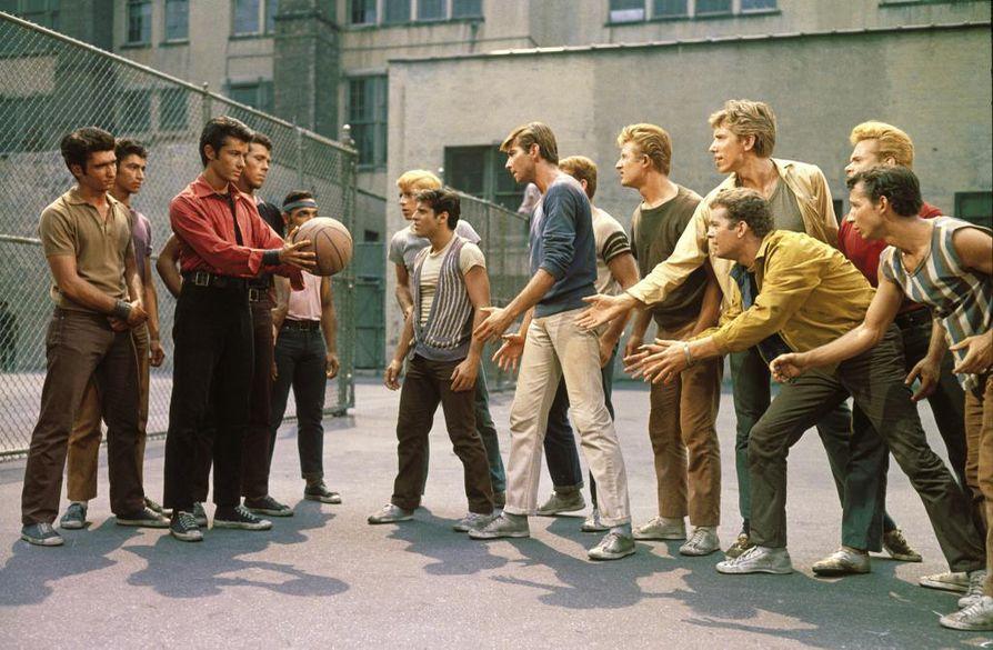 Kymmenen Oscarin klassikkomusikaali West Side Story siirtää Romeon ja Julian tarinan New Yorkin nuorisojengien maailmaan.