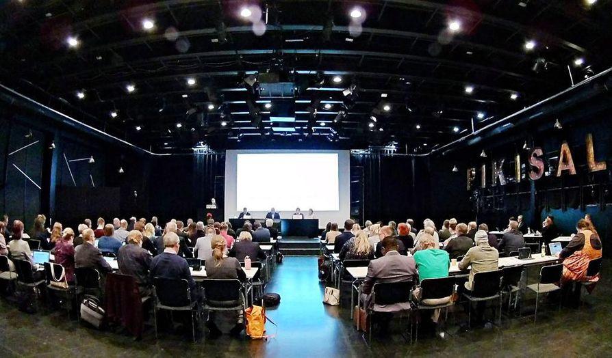 Oulun kaupunginvaltuusto kokoontui maanantaina ensimmäisen kerran kaupunginteatterin Pikisalissa.