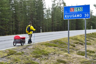 """Joko olet nähnyt tämän miehen Koillismaan teillä? – 71-vuotias Paavo Martikainen kävelee Nuorgamista Kotkaan: """"Jos täällä rupeaa uhoamaan, se on siinä"""""""