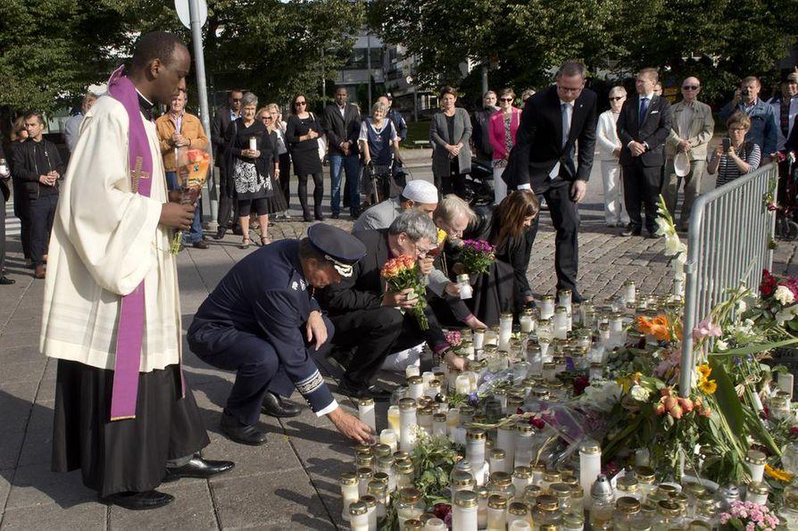 Kirkkojen, Turun kaupungin ja poliisin johtajat laskivat kynttilöitä ja kukkia muistopaikalle sunnuntaina aamupäivällä.